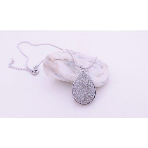 Csepp formájú ezüstben csillogó nyaklánc